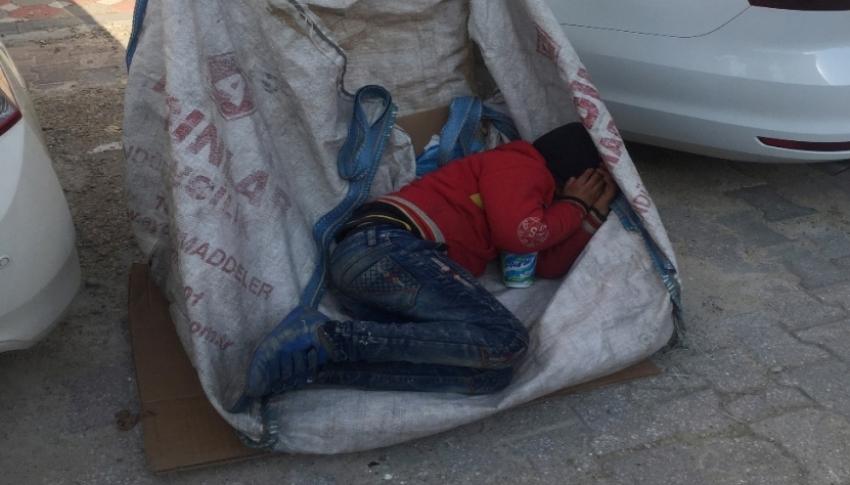 Yaşıtları okula gitti, o atık kağıt toplarken uyuyakaldı
