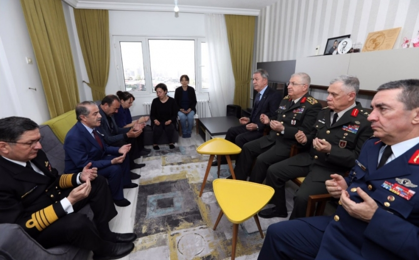 Milli Savunma Bakanı Akar şehit ailesini ziyaret etti