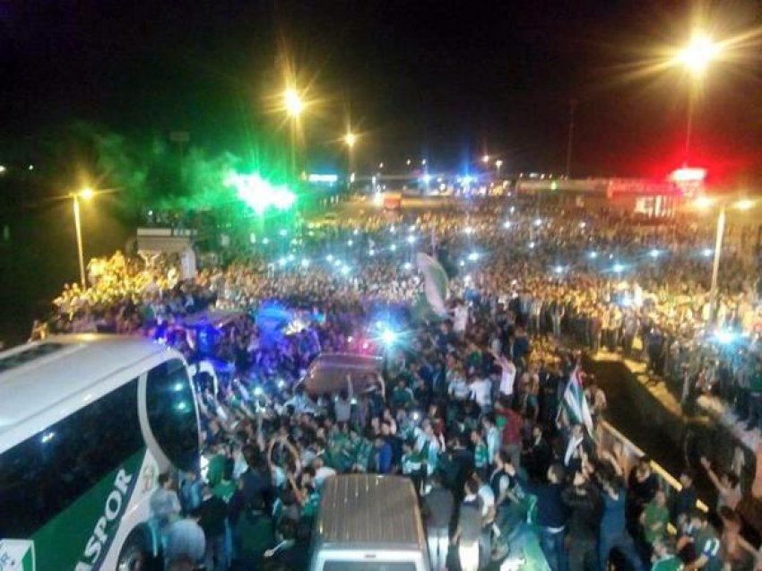 Bursaspor'a Topçular'da coşkulu karşılama