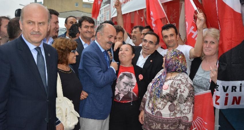 CHP standını ziyaret eden Sağlık Bakanı, alkışlarla karşılandı