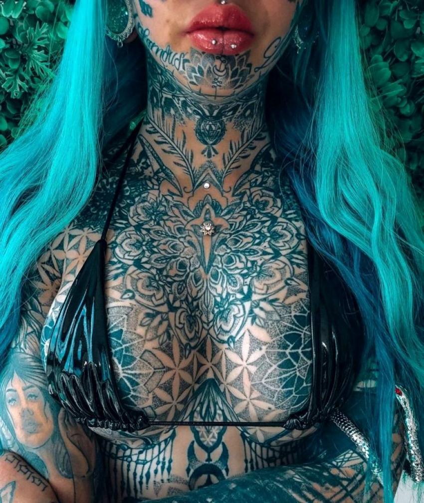 Cinsel organına kadar dövme yaptıran çılgın kadın
