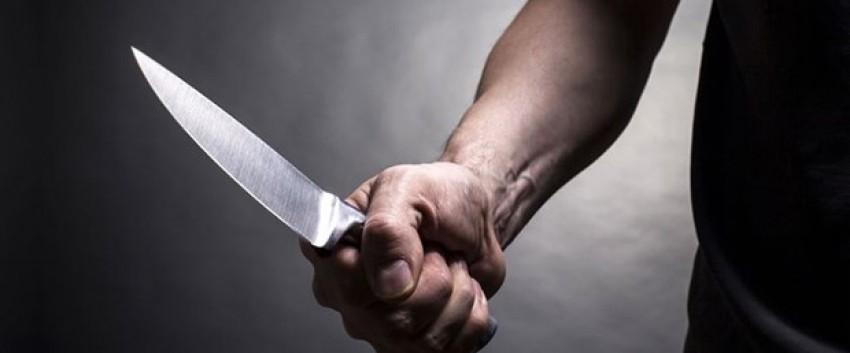 Çocukları yan odada uyurken eşini bıçakladı