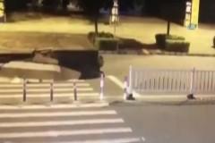 Çöken yol motosikletliyi yuttu