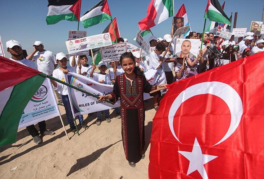 Gazze sahilinde Mavi Marmara gösterisi