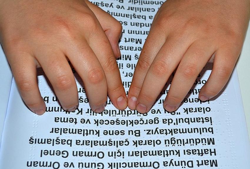 Görme engelli öğrencilere kitap okuma cihazı