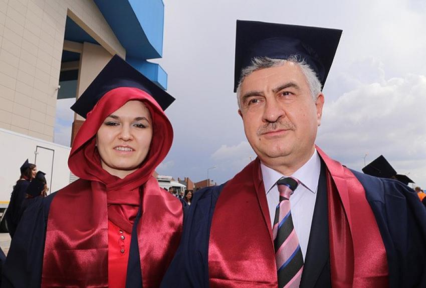 Üniversiteden kızı ile mezun oldu