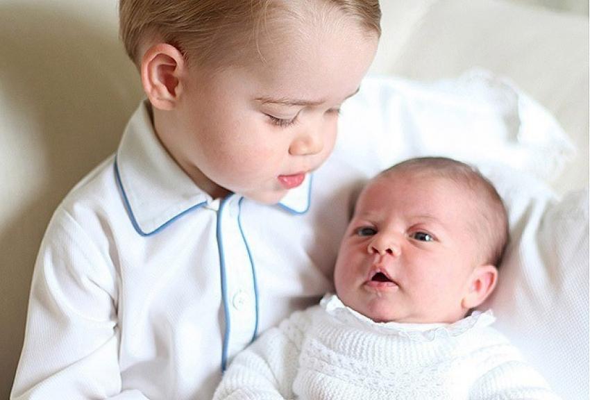 Michelle Obama'dan kraliyet bebeklerine hediye
