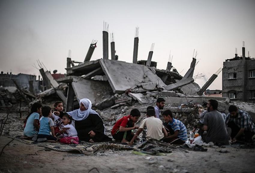 Gazze'de enkaz arasında iftar