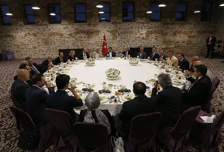 Başbakan Davutoğlu akademisyenlerle iftarda buluştu