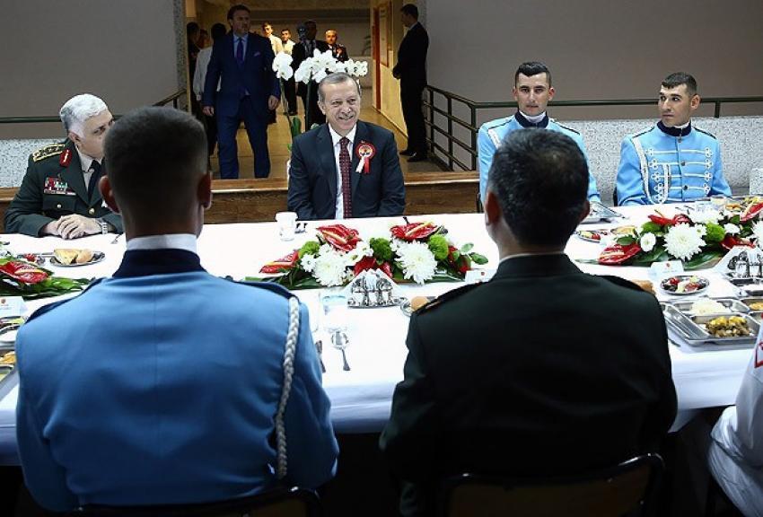 Cumhurbaşkanı Erdoğan Muhafız Alayı'nda iftar yaptı