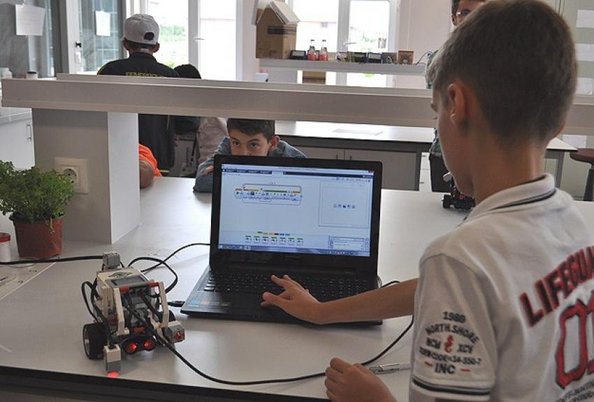 Robotlarla kodlama öğreniyorlar