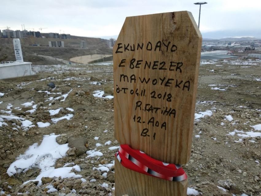 """Hıristiyan futbolcunun mezar taşına """"R.Fatiha"""" yazdılar"""