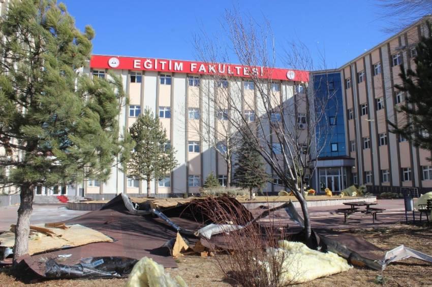 Üniversitenin çatısı uçtu: 4 yaralı