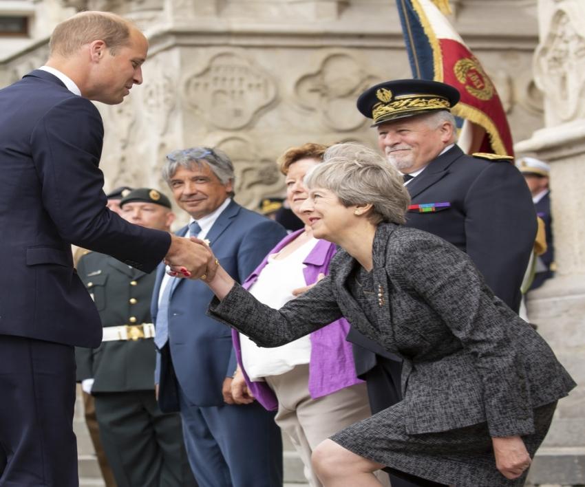 Başbakan May reveransı yine fazla kaçırdı