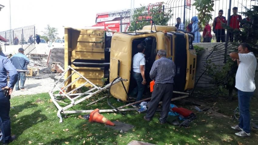 Freni patlayan kamyon bahçe duvarını aştı