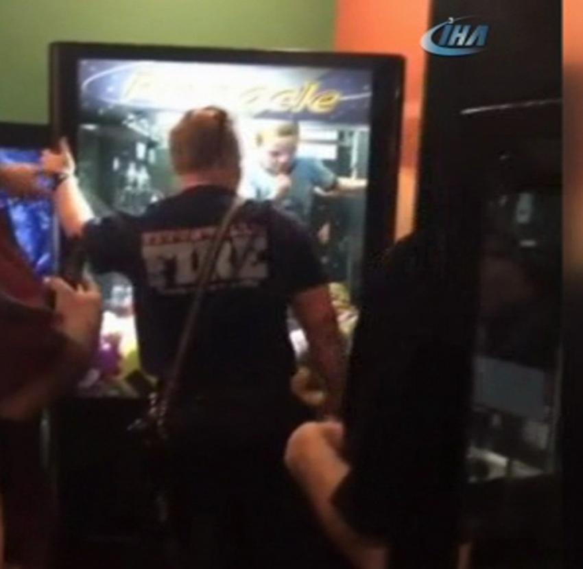 Çocuk oyun makinesinin içinde mahsur kaldı