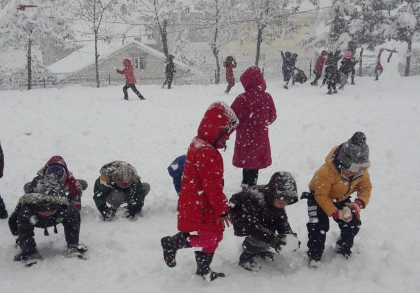 Adana'da çocukların kar sevinci