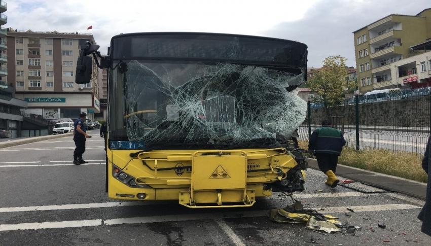 Halk otobüsü sulama aracına çarptı