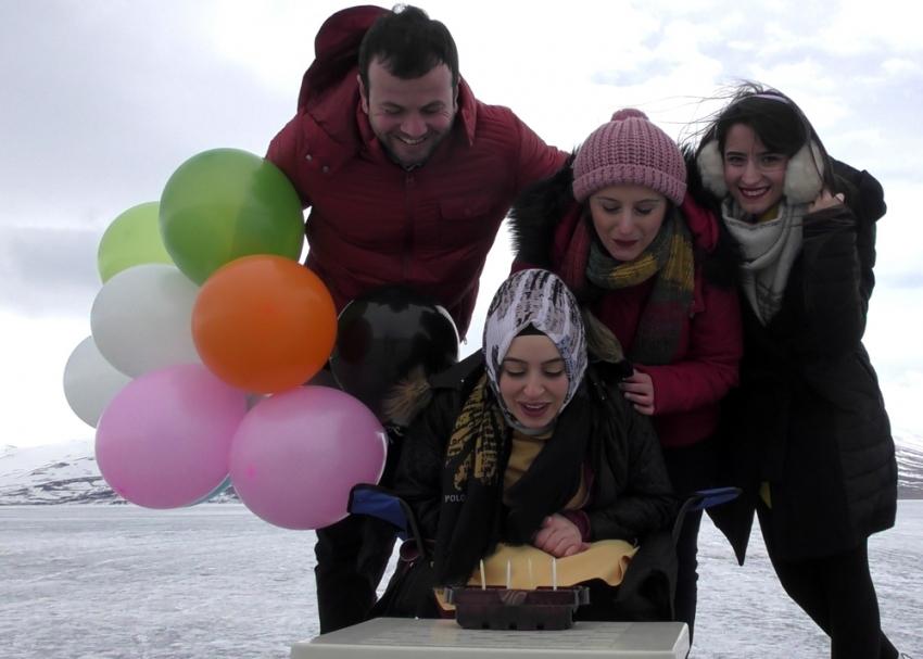 Donmuş gölde doğum günü kutlaması