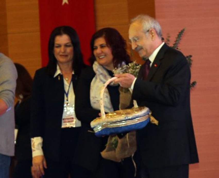 Kılıçdaroğlu kadın muhtarlarla bir araya geldi