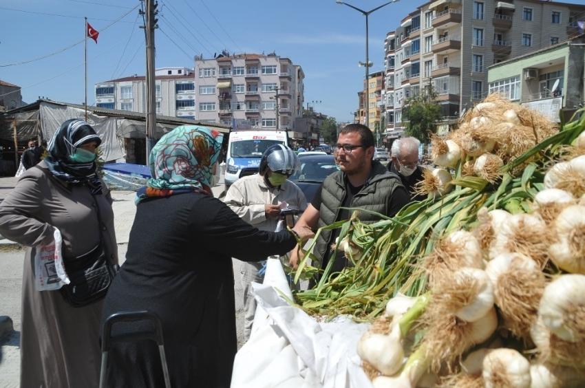 Ucuz sarımsak almak için vatandaşlar sıraya girdi