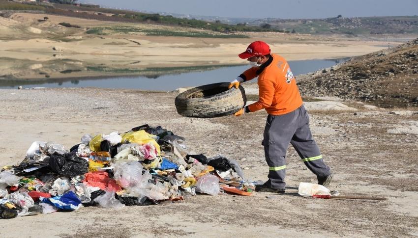 Barajda sular çekildi, atıklar gün yüzüne çıktı