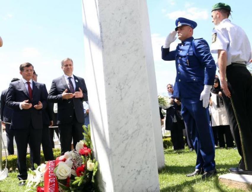 Davutoğlu, Kovaçi Şehitliği'ni ve İzzetbegoviç'in kabrini ziyaret etti