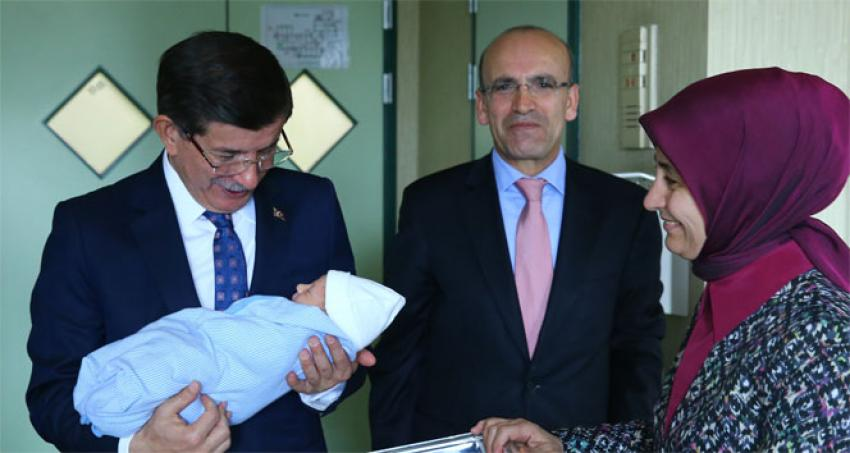 Davutoğlu, 3. çocuğu olan Şimşek'i ziyaret etti