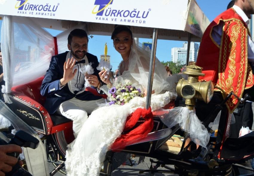 Çılgın çiftten İstiklal'de mehteranlı düğün