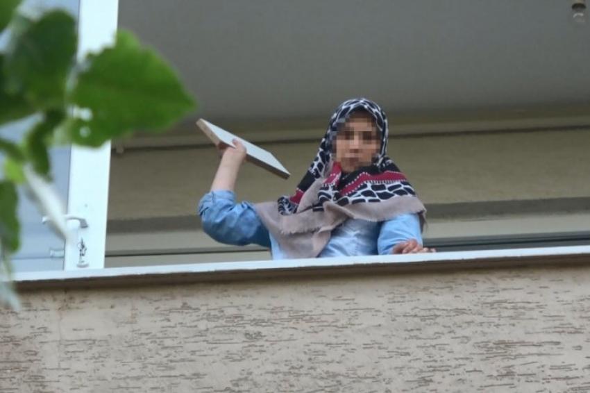 Bursa'da sinir krizi geçiren kadın balkona çıkarak...