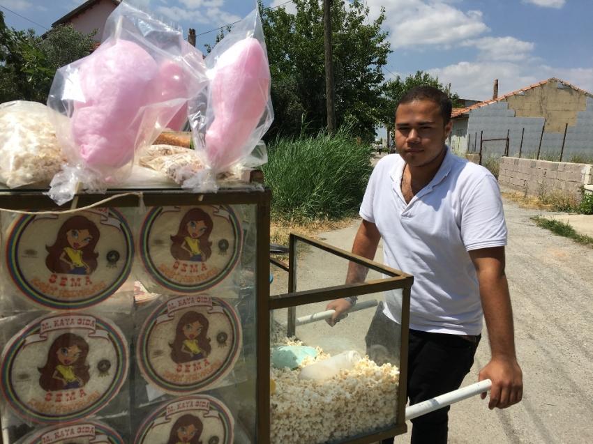 Hem okula gidiyor hem de pamuk şeker satıp ailesine bakıyor