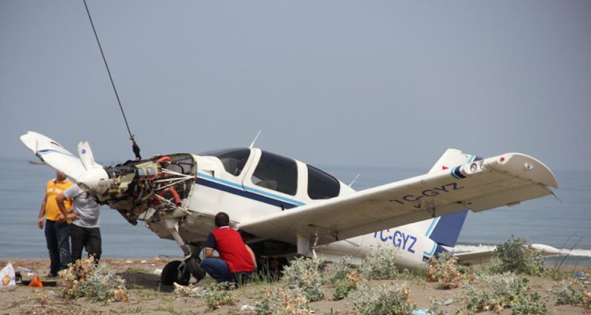 Denize düşen uçak vinçle taşındı