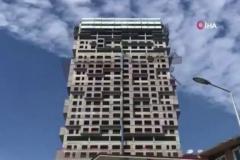 Deprem anında bina böyle sallandı