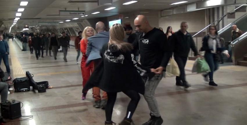 Taksim Metrosunda dans rüzgarı