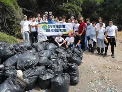 Mültecilerden kalan çöpleri temizliyorlar