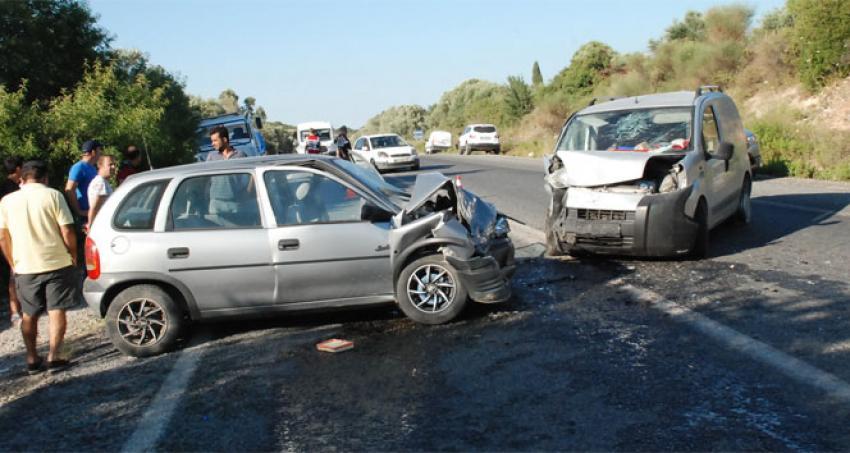 Araçlar kafa kafaya çarpıştı: 1 ölü 2 yaralı
