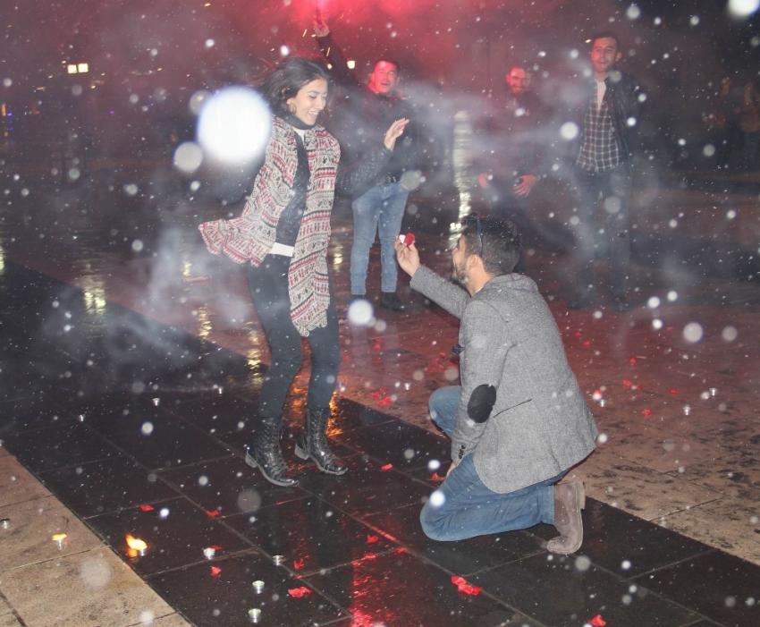 Dondurucu soğukta sürpriz evlenme teklifi