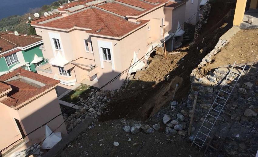 Çöken istinat duvarı villalara zarar verdi
