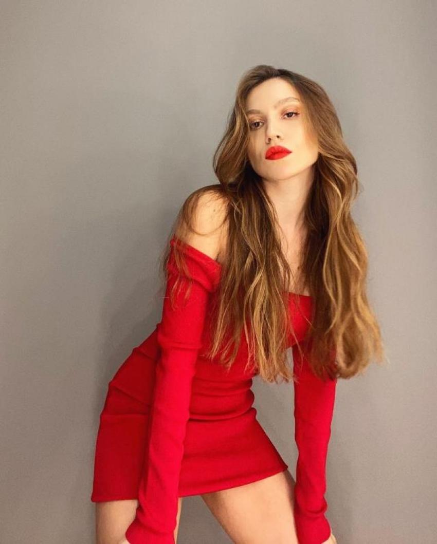 Duygu Özaslan, kısacık kırmızı elbisesiyle hayranlarını mest etti