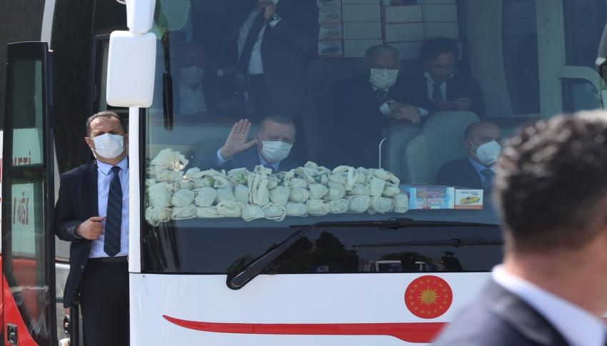 Cumhurbaşkanı Erdoğan gazeteci ve vatandaşları selamladı