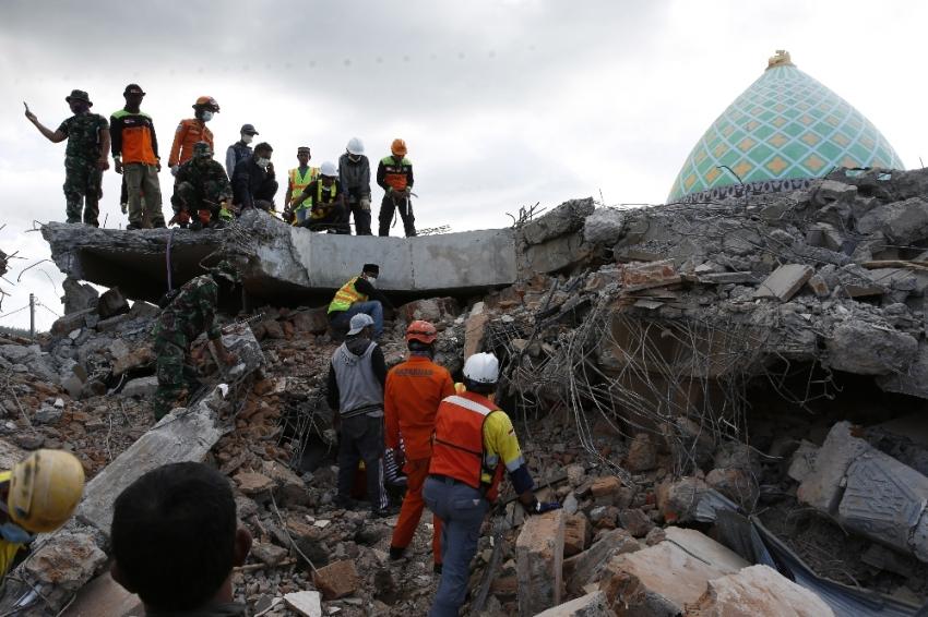 Depremde yerle bir olan camiden sağ çıktı