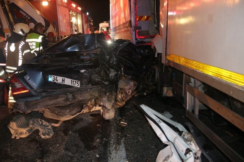 Kamyon otomobil ve tıra çarptı: 1 ölü, 2 yaralı