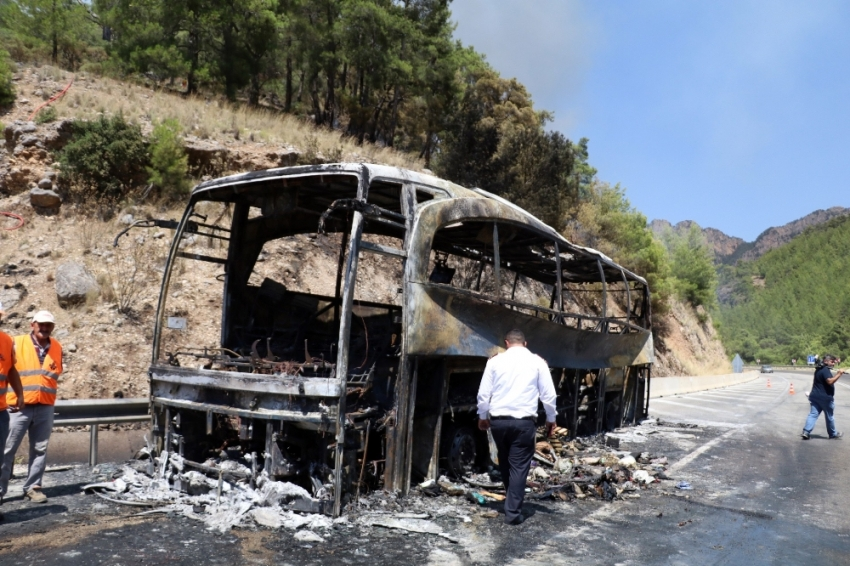 Önce otobüs ardından orman yandı