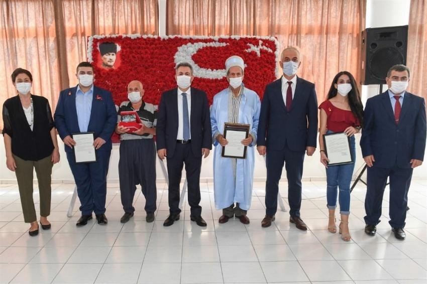 Adana'da yılın ahisine plaket verildi
