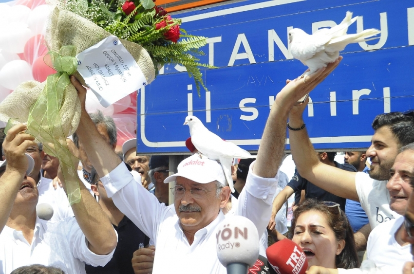 Kılıçdaroğlu'nun kafasına güvercin kondu