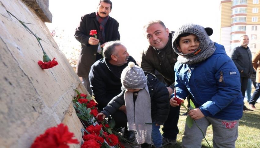 Uğur Mumcu'nun ölüm yıl dönümünde açılan basın anıtında isim tartışmaları