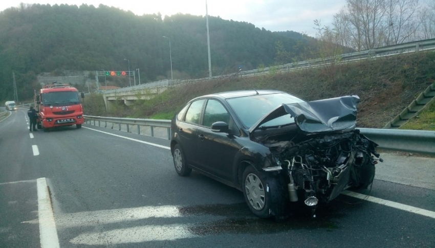 Direksiyon hakimiyetini kaybeden sürücü bariyerlere çarptı