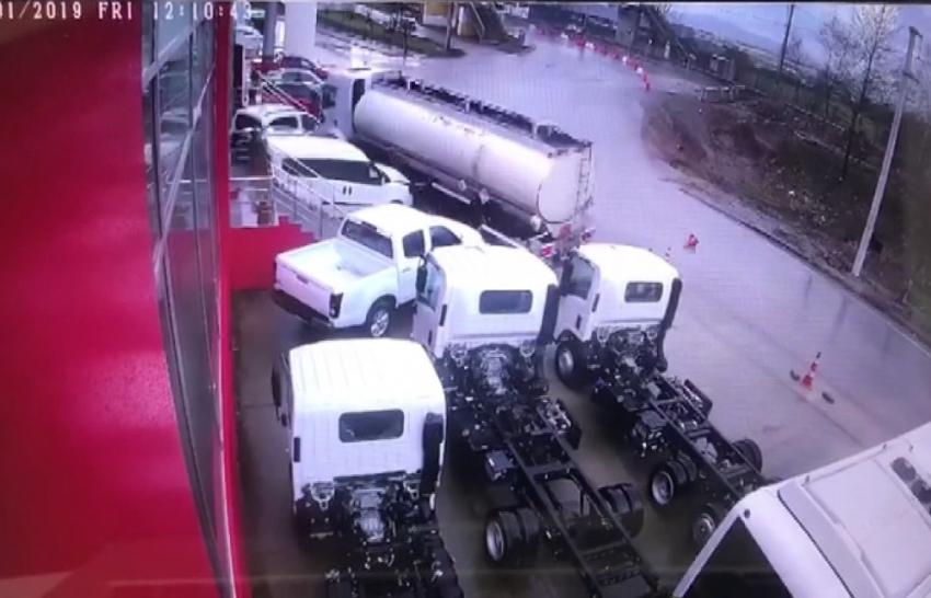 Kontrolden çıkan tanker araçların arasına daldı