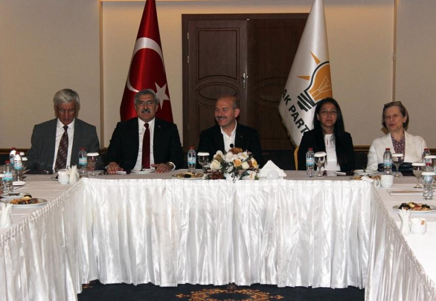 Bakan Soylu Hatay'da AK Parti'li belediye başkanlarıyla bir araya geldi