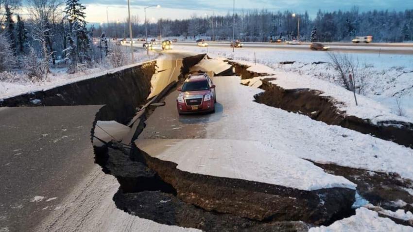 Alaska'da şiddetli deprem: Yollar çöktü, binalarda çatlaklar oluştu